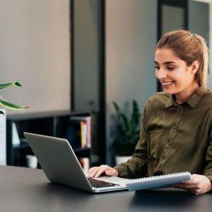 mujer recibiendo curso online